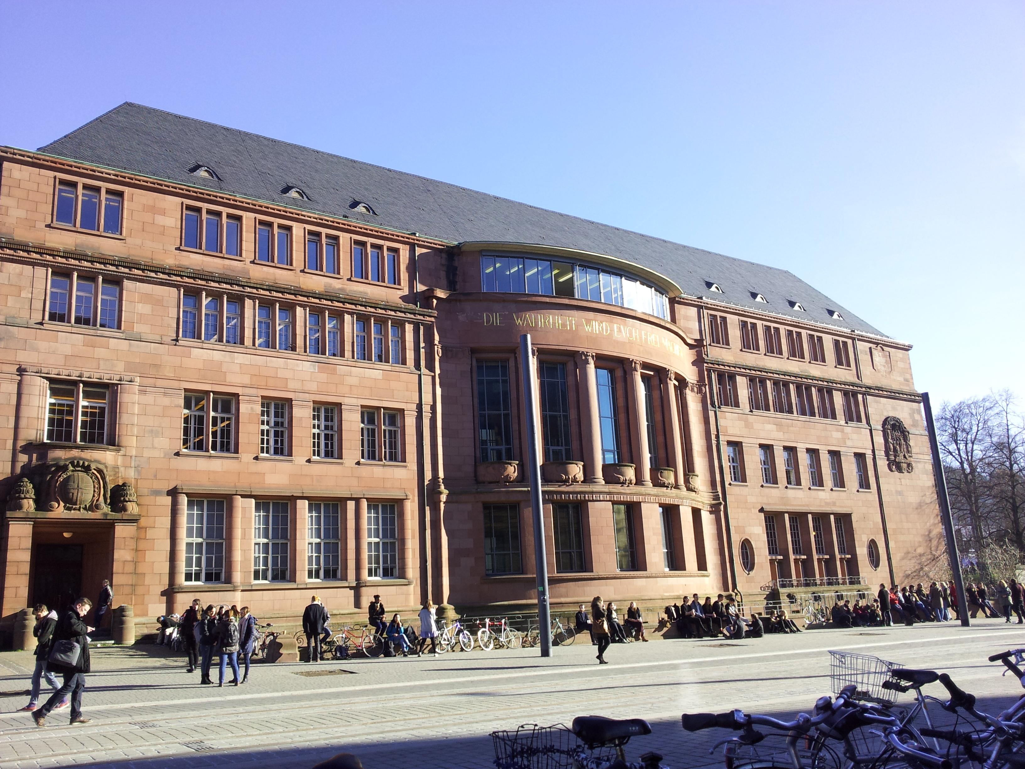 """""""Die Wahrheit wird euch frei machen"""", muistuttaa Freiburgin yliopiston tunnuslause."""