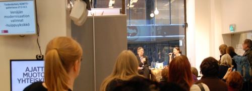 Emeritusprofessori Pekka Pesonen ja taiteilija Rosa Liksom Tiekulmassa.