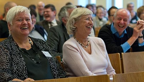 Etualalla saksan kielen professorit Gisela Brünner ja Eva Neuland. Kuva: Mika Federley