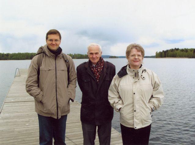 Suomalais-venäläisen metsäsanakirjan laatijatiimi retkeilee. Vasemmalta Igor Kudashev, Aleksandr Gerd ja Inkeri Vehmas-Thesslund. Kuva: Irina Kudasheva.