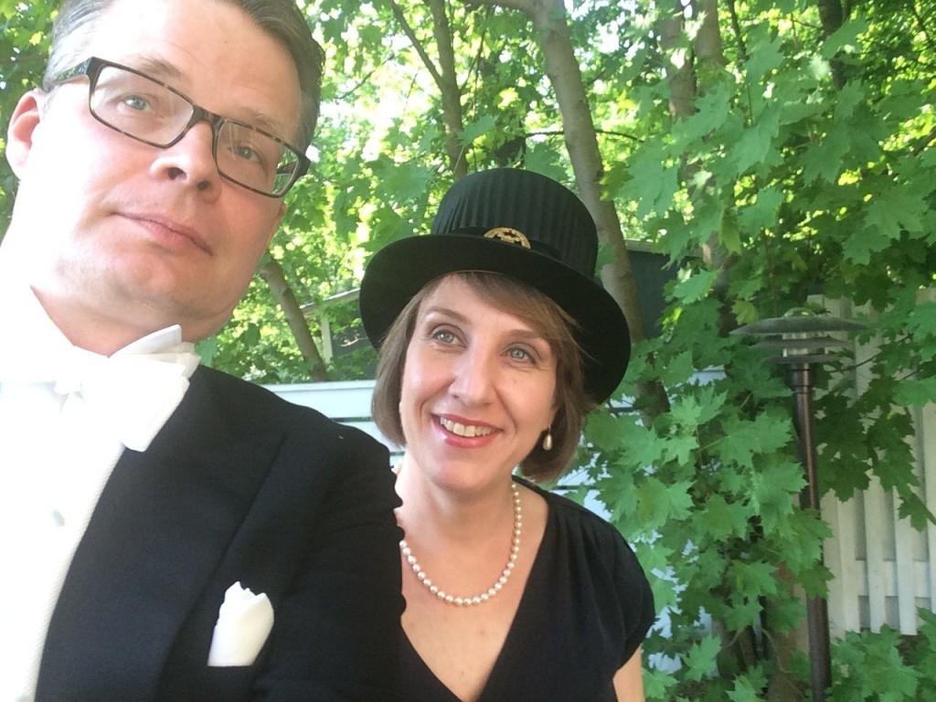 Kuva: Selfie Jussi Collin ja Minna Palander-Collin. Lähdössä Humanistisen tiedekunnan promootiotanssiaisiin 2014.