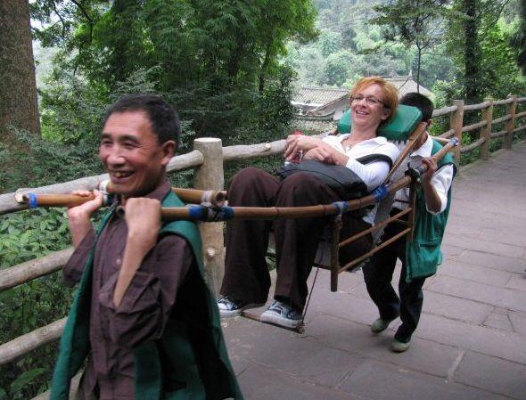 """""""Emei-vuorella teimme matkaa kantotuoleissa - kunniavieras ei voinut kyydistä kieltäytyä, vaikka kantajat näyttivät kovin heiveröisiltä."""""""