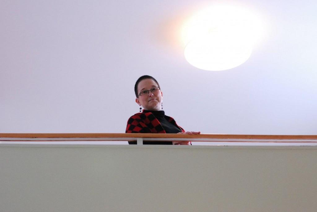 Sirpa Seppälä käy säännöllisesti tapaamassa nykyisiä kielten opiskelijoita Metsätalossa. Kuva: Ville Korhonen.