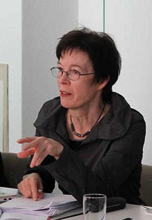 Liisa Tiittula analysoimassa multimodaalista viestintää, Institut für Deutsche Sprache, Mannheim 2011. Kuva: Wilfried Schütte