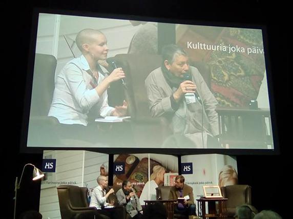 Anni Lappela tulkkaa Ljudmila Ulitskajaa. Kuva: Mika Perkiömäki