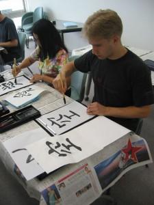 Vaihto-opiskelijana Osakassa Summala pääsi tutustumaan kalligrafiaan.