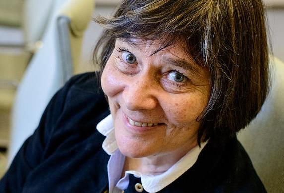 Anna Mauranen toivoo, että tutkimushankkeen tulokset tuovat apua kielellisten häiriöiden diagnosointiin ja kielten oppimiseen. Kuva: Mika Federley