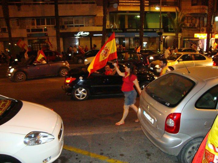 Espanjan voitto jalkapallon MM-kilpailuissa 2010 yhdisti kansaa, herätti hurmosta ja loi toivoa vaikeassa taloustilanteessa. Kuva: Tapio Kovero