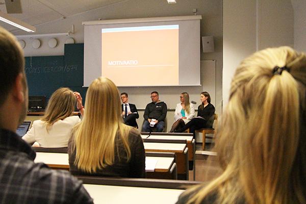 Panelisteina toimivat Anne Haarala-Muhonen (oikeustieteellisen tiedekunnan pedagoginen yliopistonlehtori, ei näy kuvassa), Sakari Melander (apulaisprofessori, rikosoikeuden dosentti), Kaijus Ervasti (oikeussosiologian dosentti), Asta Tukiainen (Pykälä ry:n opintovastaava) sekä Karin Cederlöf (Codex rf:s studienämndsordförande)