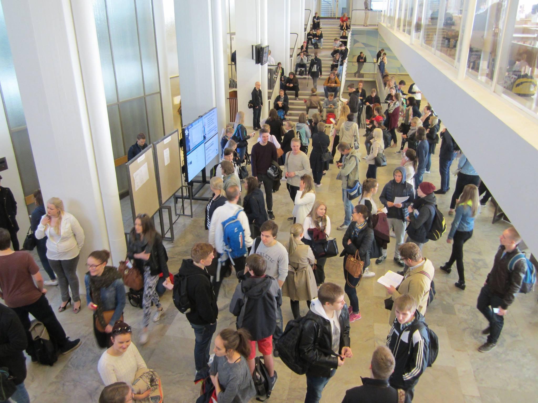 Hakijat odottelevat oikeustieteellisen valintakokeen alkamista Porthanian ala-aulassa 25.5.2015.