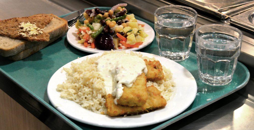 Bild på lunch från Unicafé, panerad fisk och ris, sallad, smörgåsar och två glas vatten