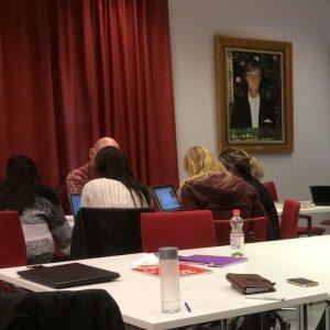 Opiskelijat opiskelemassa uutta