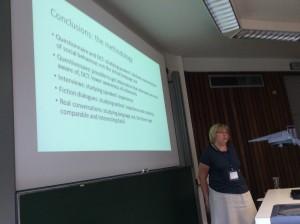 """Renate Pajusalu pohti Ninni Jallin kanssa laatimassaan esitelmässä """"Studying forms of address – different methods, same results? """" metodologisia kysymyksiä."""