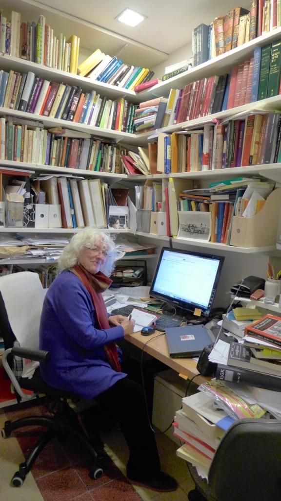 Professori Galit Hasan-Rokem työhuoneessaan kotonaan Länsi-Jerusalemissa.