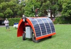 Kuva. Ladybird-robottia esiteltiin kesäkoulun päätteeksi. Tämä on ACFR:n ensimmäinen erityisesti peltotutkimusta varten kehittämä robotti.
