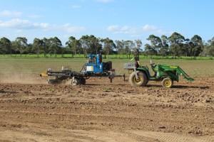 Kuva. Autonominen traktori vetää moottoroitua perävaunua.