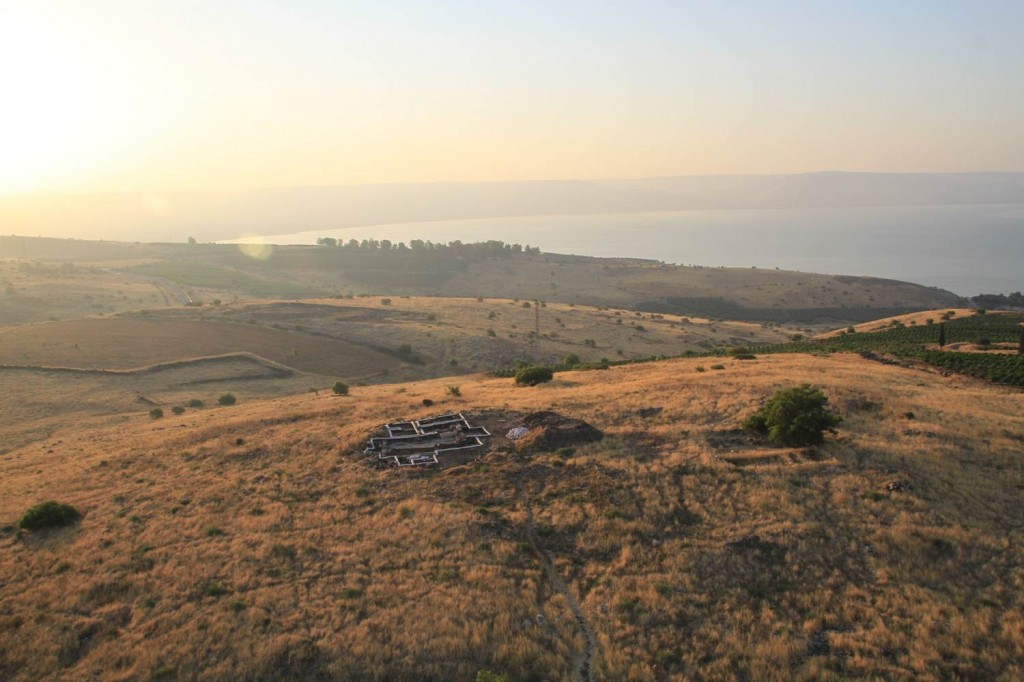 Photo 1. Aerial photograph of Horvat Kur with in the background the Sea of Galilee (© SkyView; photo: Pascal Partouche).