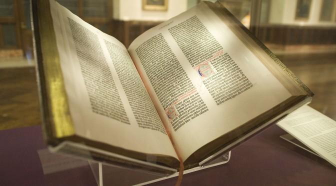 Mitä väitteillä Raamatun jumalallisuudesta tarkoitetaan? Katso paneelikeskustelu