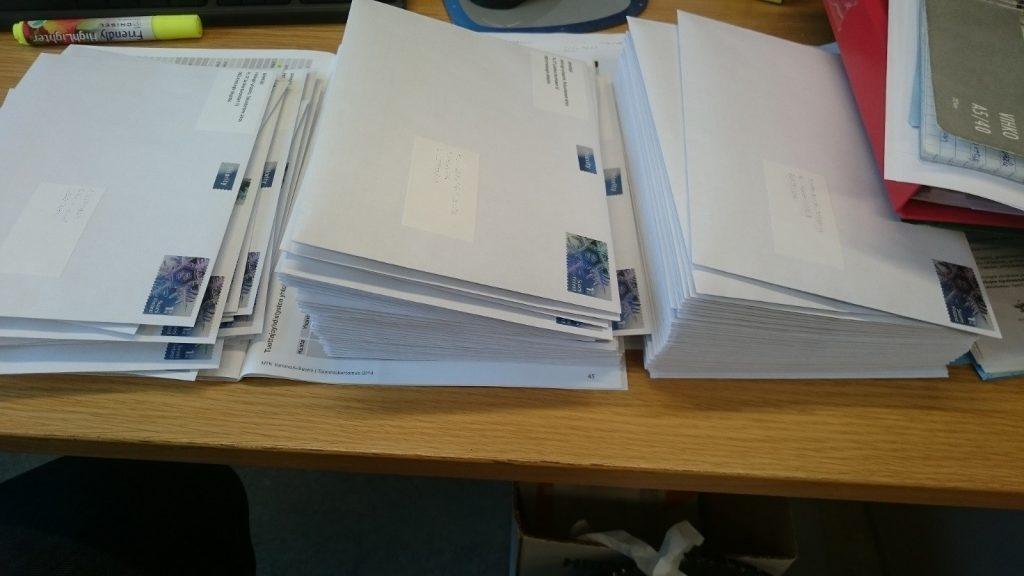 Kirjeet viljelijöille valmiina postiin. Kuva: Eliisa Punttila