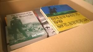 Yksi kolmestasadasta kirjalaatikosta sisältää western-elokuvia käsittelevää kirjallisuutta