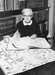Ann-Mari Mickwitz selaa Nordenskiöldin kokoelmaan kuuluvaa karttakirjaa. Mickwitz, Ann-Mari (os. Federley) (1903-78). FK 1929.  Vt. kirjastonhoitaja 1972, vanhempi alikirjastonhoitaja 1969-, nuor. alikirjastonhoitaja 1953-, amanuenssi 1940- ja 1932. HYK 1930-32, 1940-72 (virkavapaalla 1932-37).