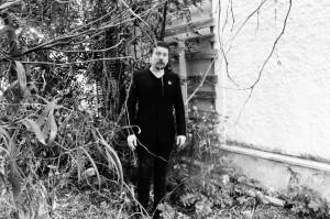 Perttu Häkkinen Aleister Crowleyn luostarin raunioiden edustalla. Kuva: Linda Häkkinen.