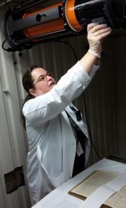 Pia Klaavu valmistelee röntgenkuvauslaitetta.
