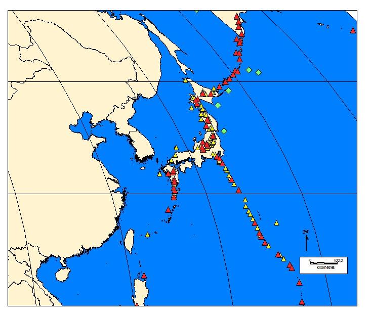 Kuva 7. Japani. v.1964-aktiiviset tulivuoret punaisella, keltaisella muut tulivuoret, vihreällä yli 8richterin maanjäristykset v.1964-.