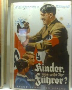 """""""Lapset, mitä tiedätte Führeristä?"""". Kuva Nürnbergin dokumentaatiokeskuksen näyttelystä."""