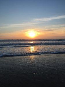 Auringon lasku meren yllä