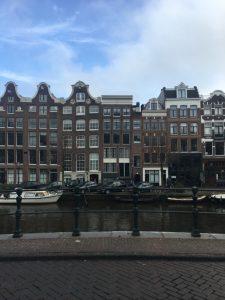 Taloja Amsterdamin kanavan rannalla