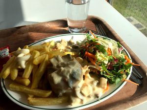 """Tyypillinen opiskelijalounas Alma -opiskelijaravintolassa: """"koninginnehapje/vol-au-vent met frieten"""" = lehtitaikinakiekon päällä kanakastiketta ja lisukkeena ranskalaisia ja salaattia."""
