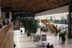 Yliopiston päärakennuksen Forumin keskusaukiolla on ilta-aikaankin opiskelijoita.