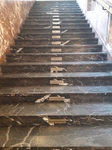 """Kuvituskuva: Kuva portaista. Jokaisessa portaassa on laatta, jossa lukee """"varo porrasta"""""""
