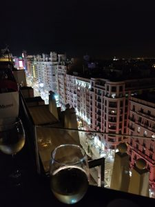 Yö näkymä Madridin keskustasta katolta