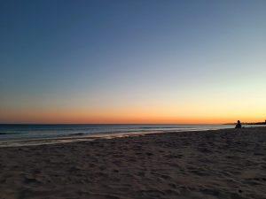 Hiekkaranta ja auringonlasku