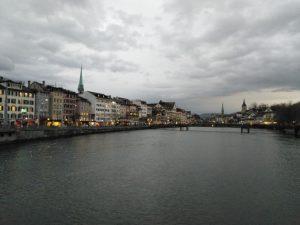 Zurichin keskustasta Limmat -joen varrelta.