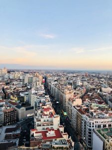 Gran Vía kuvattuna Hotel Riu Plazan kattoterassilta, jonne pääsee hissillä maksua vastaan.