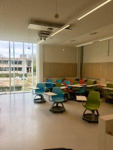 Osa luennoista järjestettiin luokissa, joissa oli siirreltävät pulpetit.