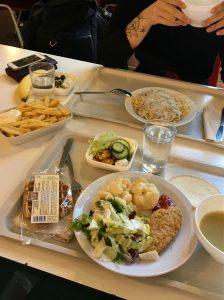 Kampuksen cafeteriasta sai halvalla ison aterian.