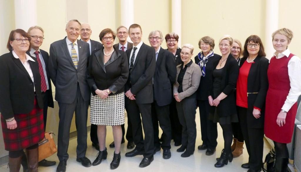 Most of the 20-year memory book authors, from the left: Terttu Katila, Antti Sukura, Risto Ihamuotila, Toivo Vainiotalo, Sirkka-Liisa Anttila, Hannu Saloniemi, Olli Peltoniemi, Hannu Korkeala, Maija Halme, Mirja Ruohoniemi, Teodora Oker-Blom, Sanna Hellström, Sanna Ryhänen, Airi Palva and Outi Vapaavuori.