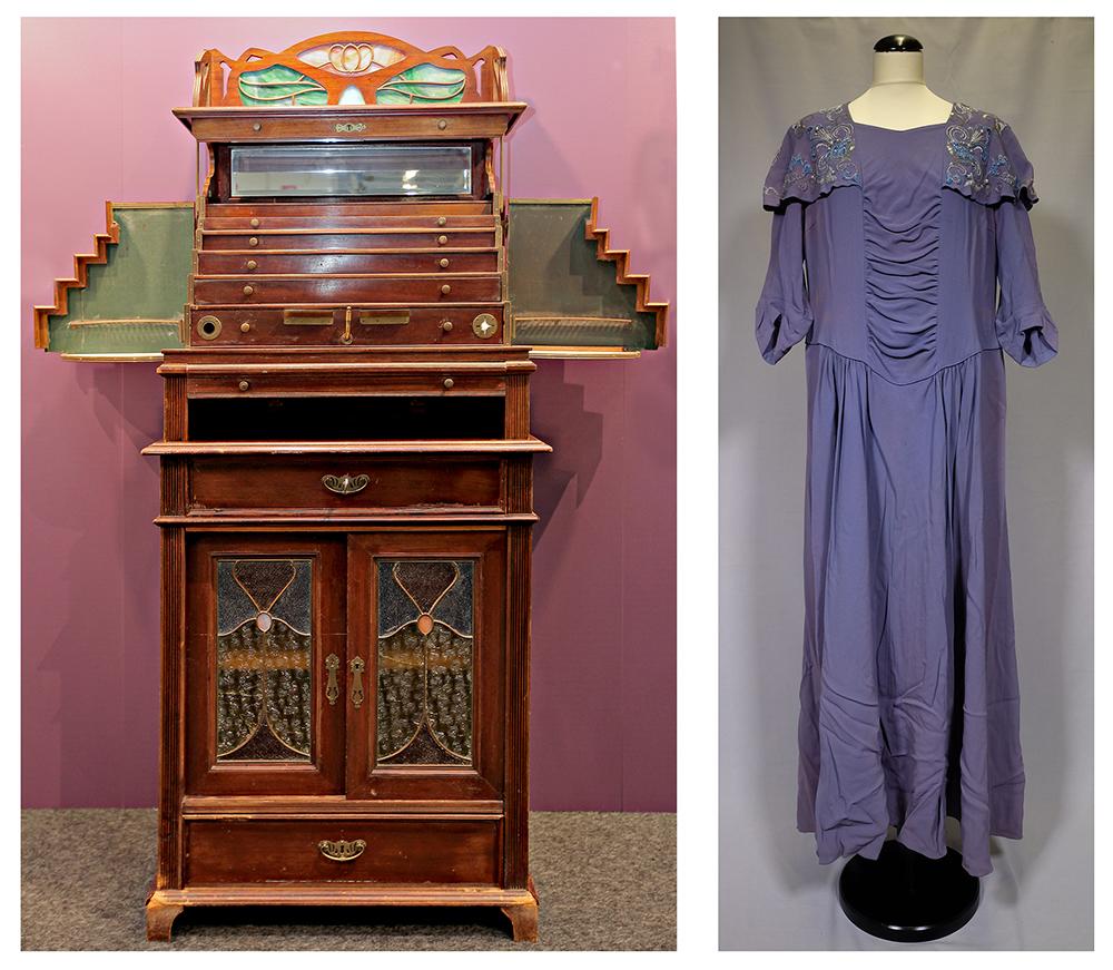Koristeellinen puinen kaappi ja sininen puolihihainen pitkä naisen juhlapuku.