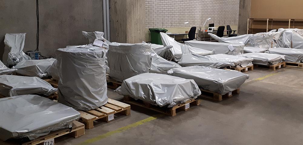 Valmiiksi pakattuja lavoja rivissä.