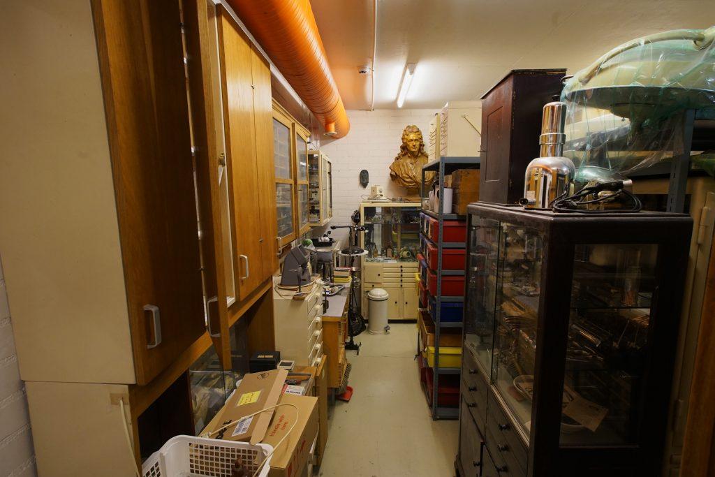 Museovaraston kaikilla tasoilla on erilaisia hammaslääketieteeseen liittyviä esineitä.