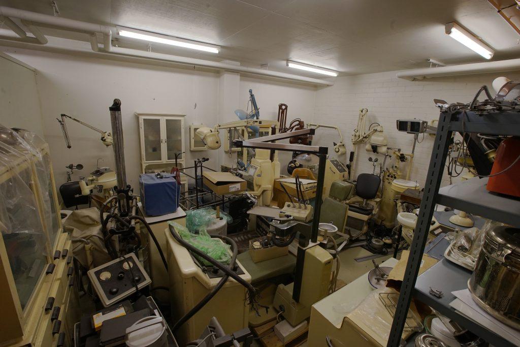 Toinen museovarasto on täynnä erilaisia hammaslääketieteen suuria laitteita, kuten työskentely-yksiköitä, röntgenlaitteita ja vitriineitä.