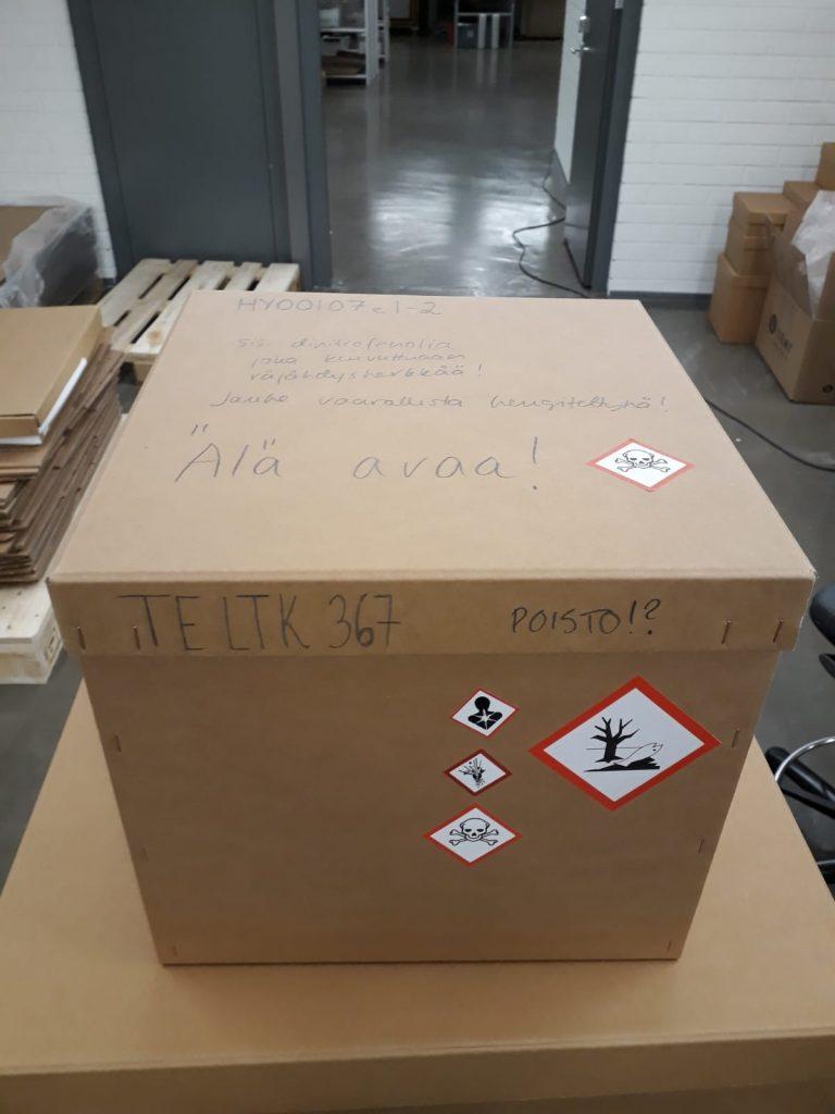 Pahvilaatikko, joka sisältää vaarallista ainetta.