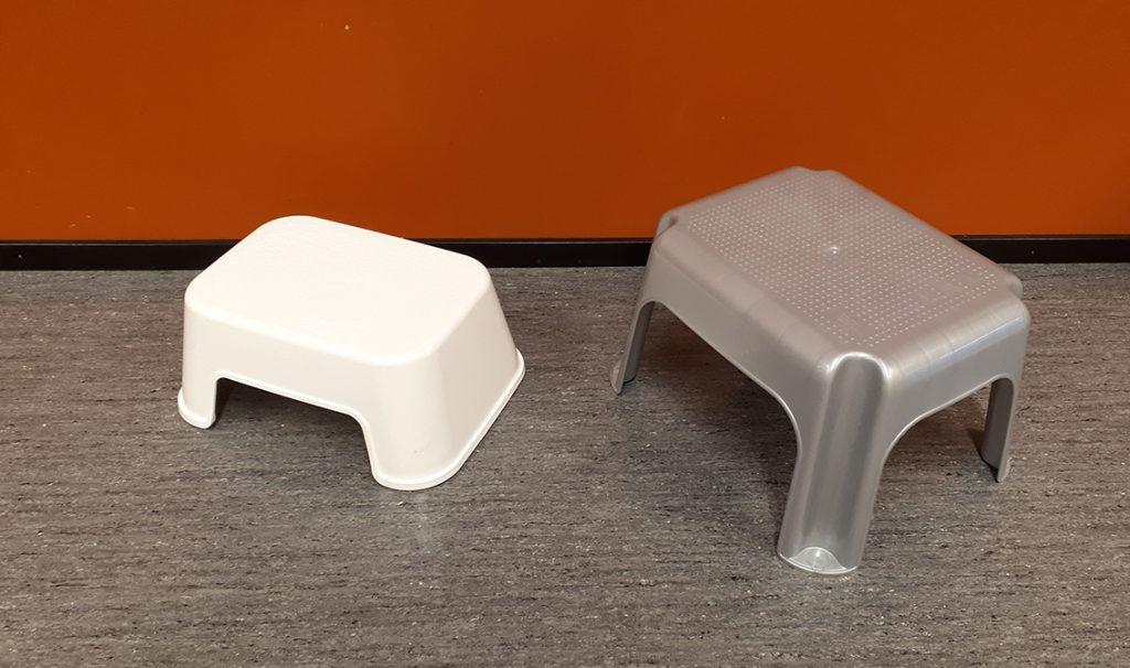 Kaksi pientä muovijakkaraa lattialla.