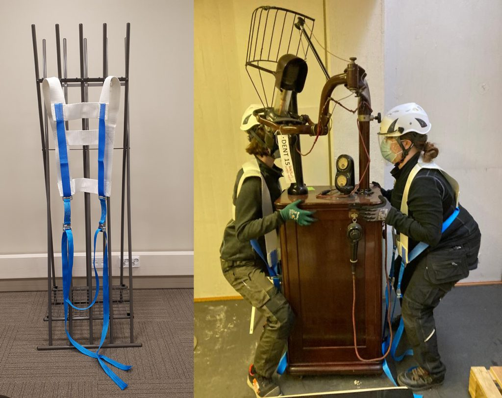Kaksi kuvaa, joista toisessa pianoliina on nostettu esittelyä varten roikkumaan naulakkoon. Toisessa kuvassa kaksi henkilöä nostaa röntgenkonetta, jossa on suorakulmion muotoinen runko ja sen ylle nouseva kaareva varsi.