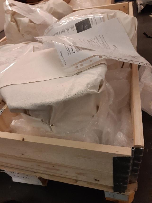 Kuplamuovilla pehmustettuja esineitä siirtolavan päällä.